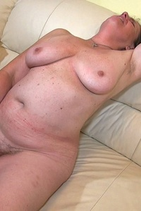 Old mature toying her pussy at home with pleasure